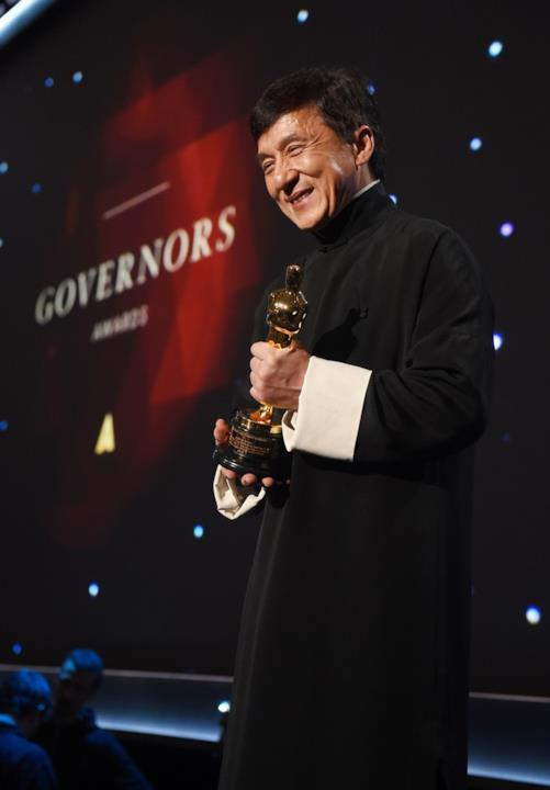 Jackie Chan stringe la statuetta dell'Oscar alla Carriera