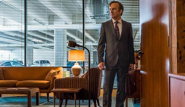 Saul Goodman con valigetta in un ufficio di Better Call Saul
