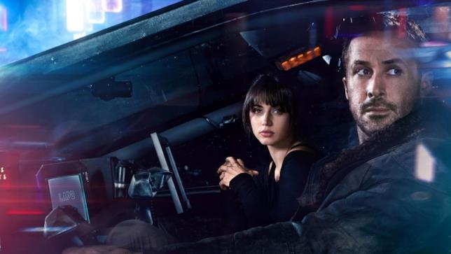 Frame di K e Joi nello spinner in Blade Runner 2049