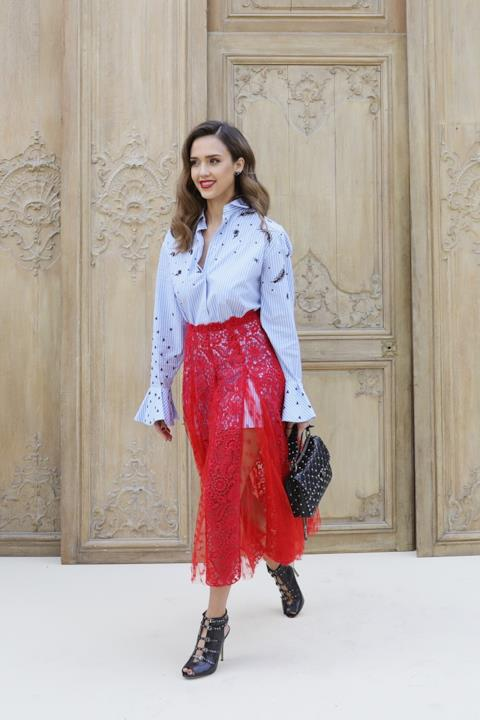 Jessica Alba alla sfilata di Valentino alla Fashion Week di Parigi