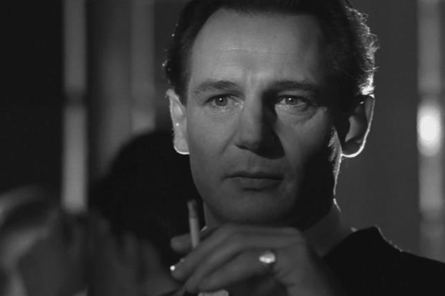 Primo piano in bianco e nero di Liam Neeson in una scena di Schindler's List