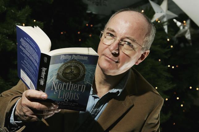 Lo scrittore Philip Pullman con il primo libro della trilogia di Queste Oscure Materie