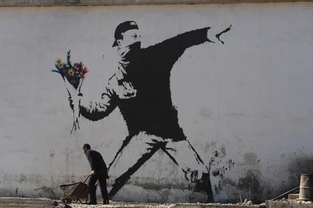 Il Lanciatore di Fiori di Banksy, a Gerusalemme