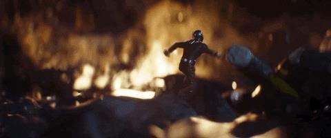 Scena del trailer di Avengers: Endgame con Ant-Man che fugge da alcune esplosioni