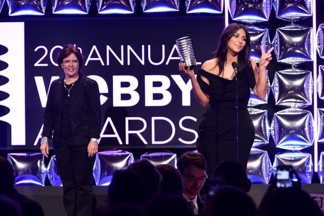 Primo piano di Kim Kardashian premiata ai Webby Awards 2016