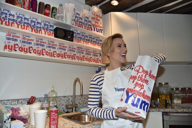 Scarlett Johansson serve popcorn a Parigi
