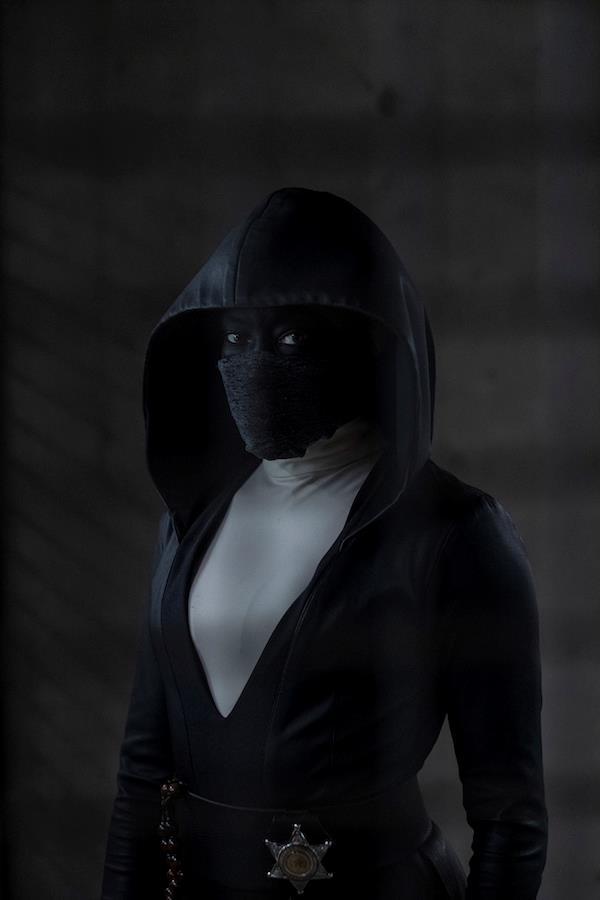 Il personaggio di Angela Bar interpretato da Regina King. Indossa un vestito nero con cappuccio e una maschera, anch'essa nera