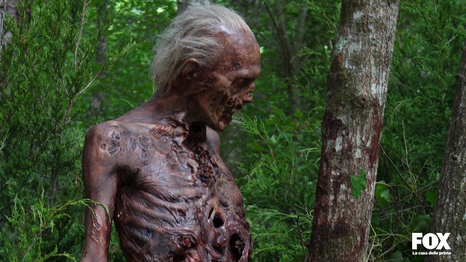 Con il passare degli episodi e delle stagioni gli zombie si decompongono sempre di più e diventano più lenti.
