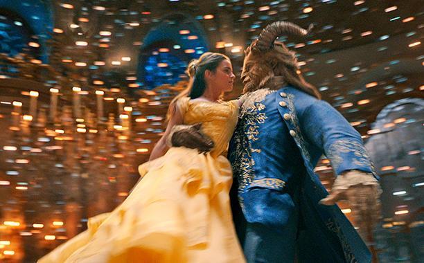 Belle e la Bestia ballano ricreando un'iconica scena del Classico Disney