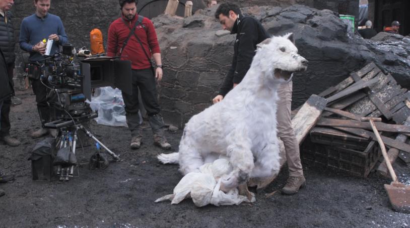 Una foto del pupazzo di Spettro nel dietro le quinte di Game of Thrones