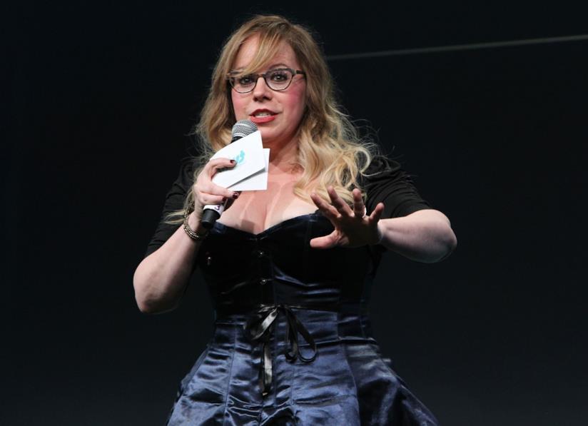 Kirsten Vangsness, interprete di Penelope Garcia, durante un discorso