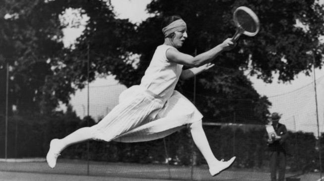 Suzanne Lenglen mentre gioca a tennis