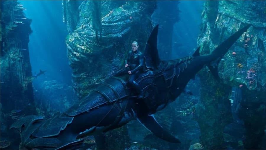 Nuidis Vulko a cavallo di uno squalo