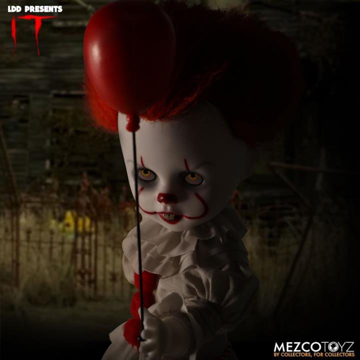Lo sguardo inquietante della bambola di Pennywise