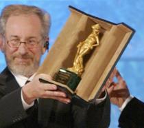 Primo piano del regista Steven Spielberg con uno dei suoi David di Donatello