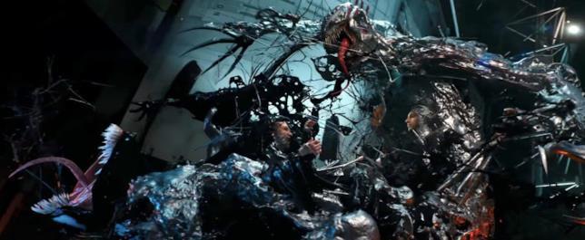 Venom contro Riot in una sequenza del film