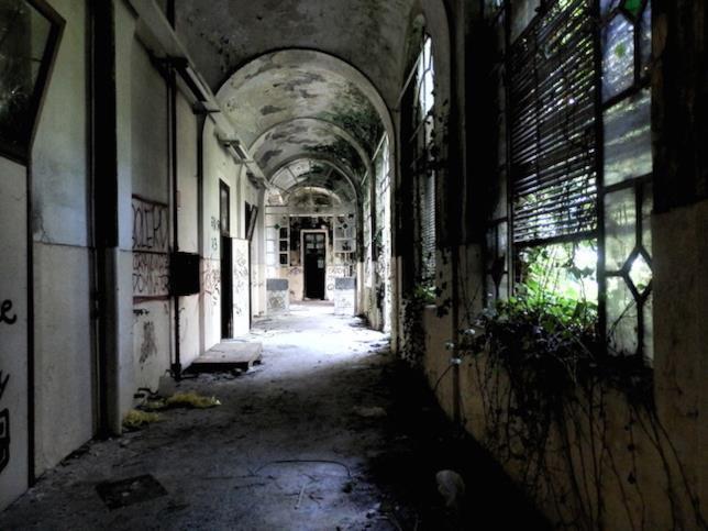 Uno dei corridoi del manicomio