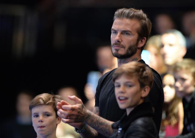 Primo piano di David Beckham e suo figlio Cruz