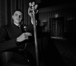 Evan Peters in una foto in bianco e nero di American Horror Story: Hotel