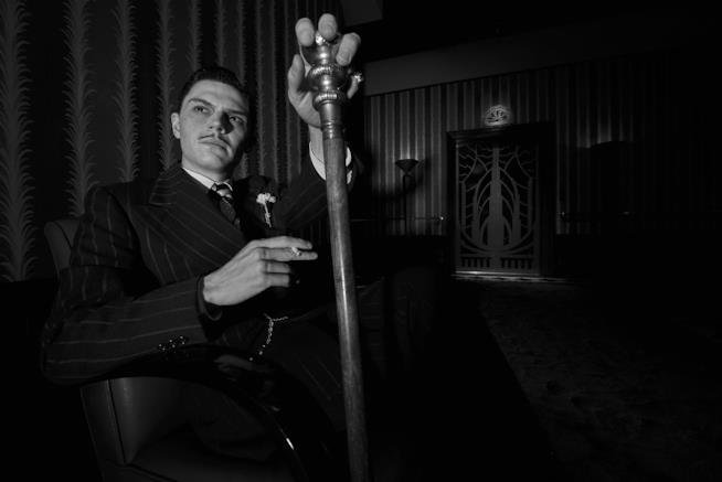 Evan Peters in una foto in bianco e nero di American Horror Story: Hotel