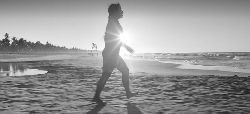 Yalitza Aparicio sulla spiaggia cammina verso il mare in una scena del film