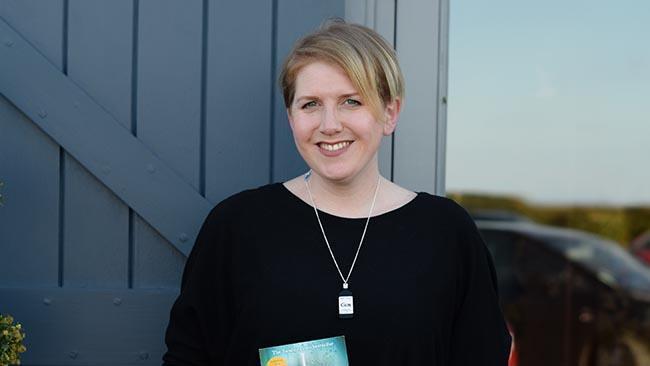 Clare Mackintosh sorridente con il suo romanzo in mano