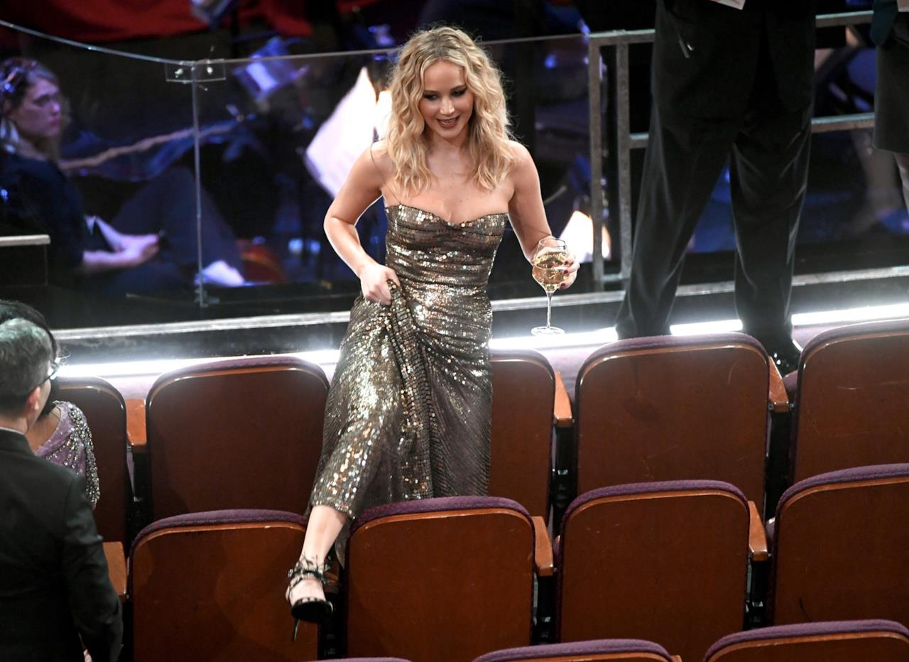 Oscar 2018: Jennifer Lawrence con bicchiere scavalca i sedili del Dolby Theatre