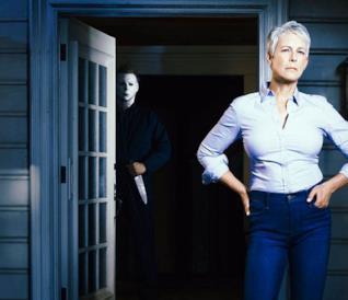 L'attrice Jamie Lee Curtis con alle spalle l'inquietante Michael Myers