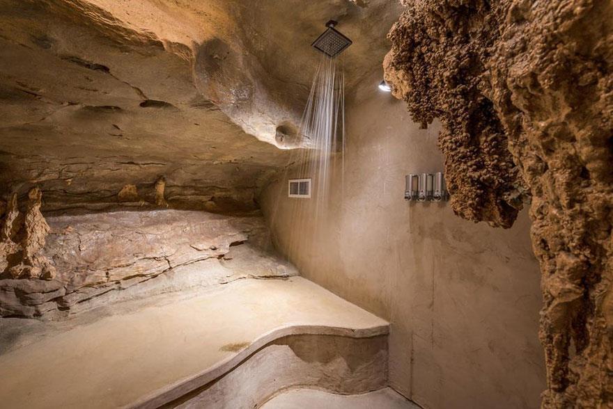 Una cabina doccia ricreato tra le pareti in pietra della caverna