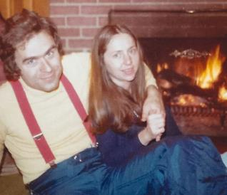 Il collage di foto segnaletiche di Ted Bundy su uno dei mandati di cattura dell'FBI