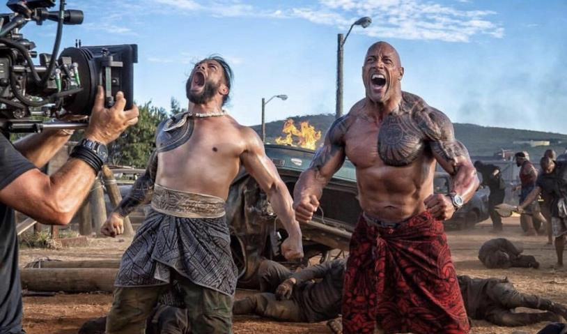 "Joe ""Roman Reigns"" Anoa'i e Dwayne ""The Rock"" Johnson sfoggiano i muscoli sul set di Hobbs & Shaw"