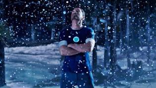 Tony Stark sotto la neve in una scena da Iron Man 3