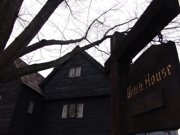 Il cartello della Witch House