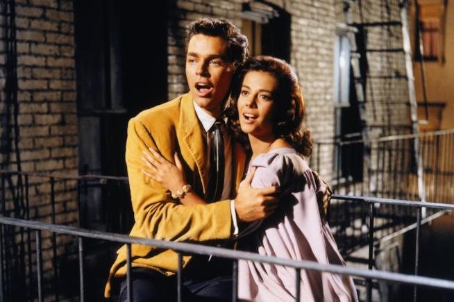 Richard Beymer e Natalie Wood in una scena dal film West Side Story (1961)