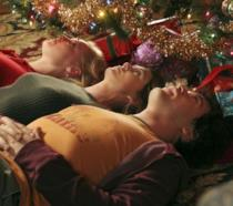 Izzie, Meredih e George - i protagonisti di Grey's Anatomy - sotot l'albero di Natale.