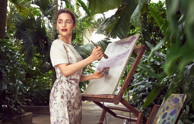 Emilia Clarke dipinge in un immenso giardino