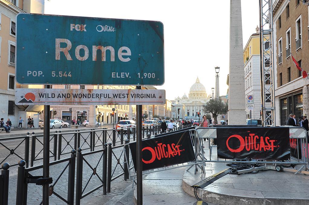Il cartello Rome all'ingresso della premiere internazionale di Outcast