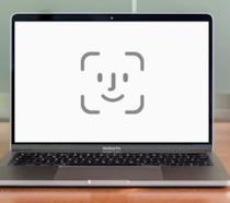 L'icona del Face ID sullo schermo di un MacBook Pro