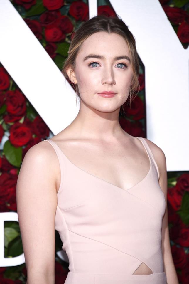 Saoirse Ronan in primo piano e in look elegante