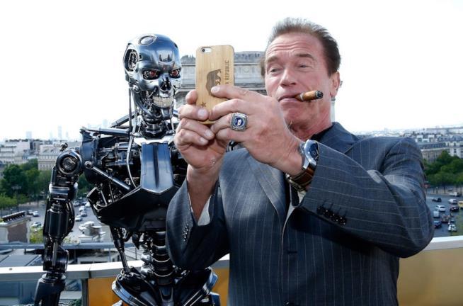 Arnold Schwarzenegger scatta un selfie in compagnia di un Terminator