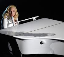 Immagine di Lady Gaga al pianoforte