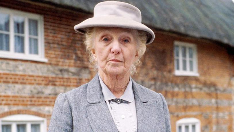 Un primo piano di Joan Hickson, che interpreta Miss Marple