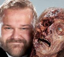 Robert Kirkman, creatore di TWD e Outcast, abbraccia uno zombie