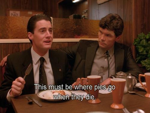 Dale Cooper davanti alla torta di ciliegie con gelato e caffè