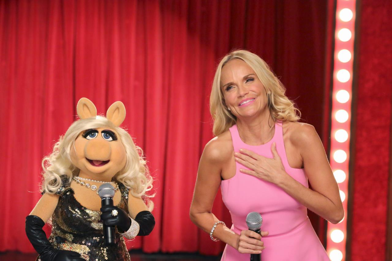 Miss Piggy de I Muppet in compagnia di Kristin Chenoweth