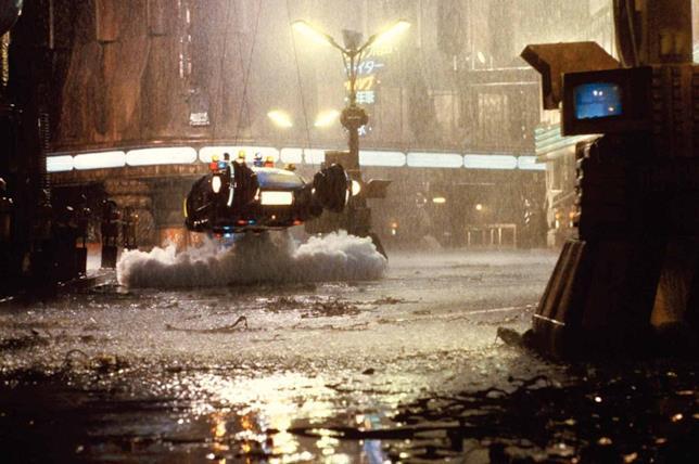 La Spinner sollevata dai tiranti sul set di Blade Runner