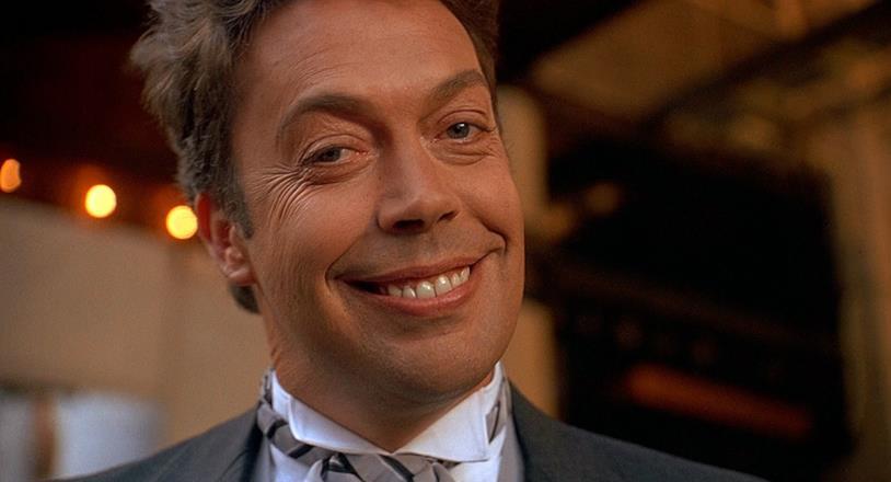 Il receptionist con un sorriso smagliante