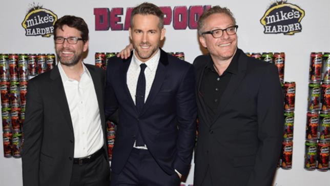 Gli sceneggiatori Rhett Reese e Paul Wernick insieme a Ryan Reynolds