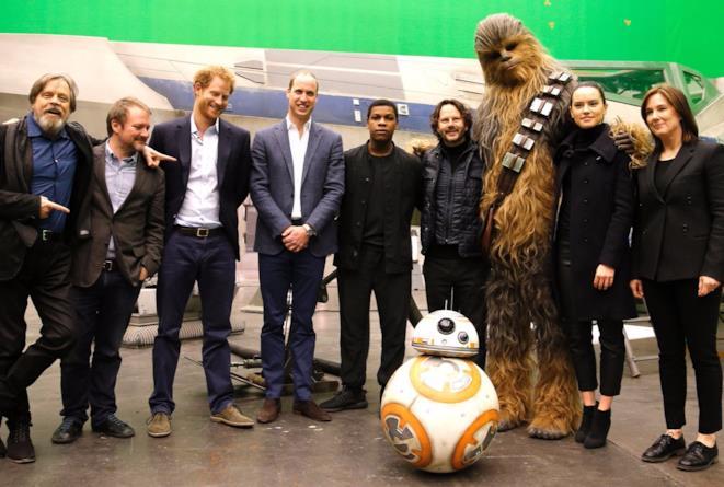 Foto di gruppo per i principi William e Harry sul set di Star Wars