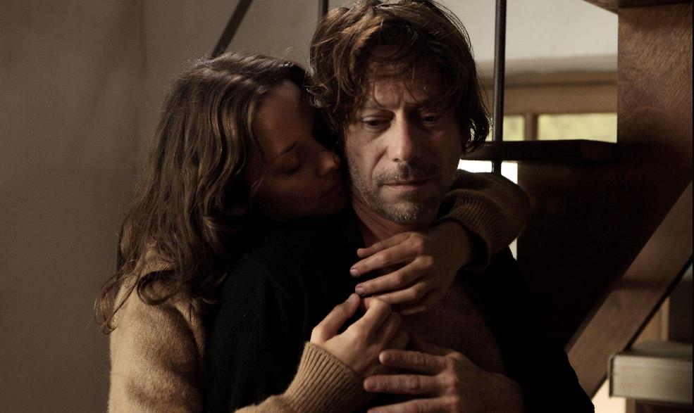Marion Cotillard e Mathieu Almadric in una scena di  Les Fantômes d'Ismaël.